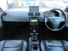 高額オプションの本革シートが装備されております♪シートヒーター付♪内装はブラックを基調としたシックで落ち着いた雰囲気の車内になっております♪パネル類にも目立つキズや汚れ等も無くとてもキレイな状態です♪