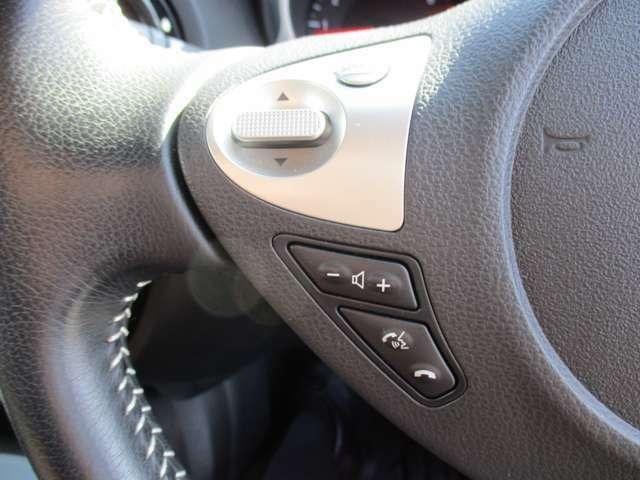 オーディオやハンズフリー電話等の操作が手元で出来るステアリングスイッチです。