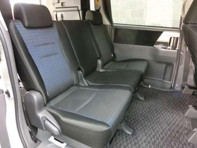 セカンドシートは回転式シートですのでサードシートへの乗り降りも楽に出来ます。