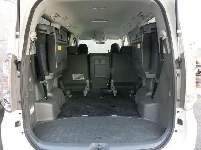 サードシートを跳ね上げれば荷室空間として使用出来ますのでとても便利です。
