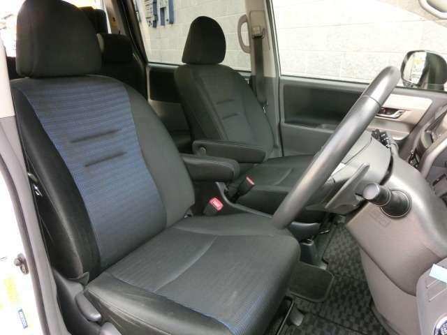 フロントシートは高さ調整が可能なアジャスター機能付きですので女性の方でも視界良好で運転が楽になります。