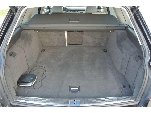 リヤのラゲッジスペースはかなりの広さを確保!戸のカバあーも装備されています!