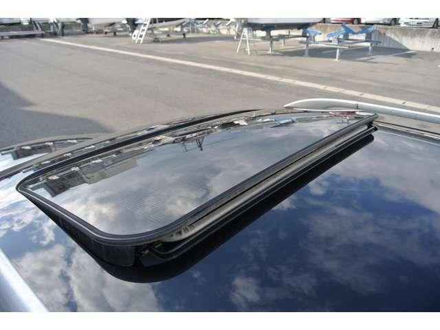 太陽のエネルギーで冷却。イグニッションスイッチがオフのときでも車内に新鮮な空気を取り込みます。ほこりや花粉が取り除かれたこのクリーンな外気は、室温を50%まで下げることが可能です