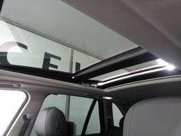 開口部がきわめて広い、オプション装備の電動パノラマガラスサンルーフ! UVカットガラスを採用!