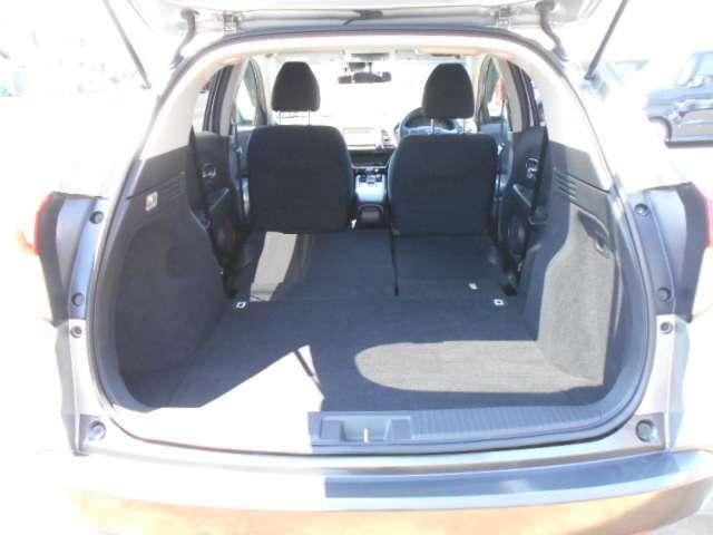 後席のシートを倒せば段差の少ない広々空間に☆自由な使い方が楽しめます♪