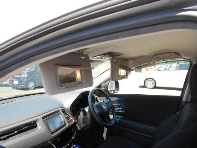 運転席と助手席にバニティミラーが付いています☆