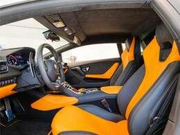 オレンジをメインカラーとした内装は走行距離からも想像頂ける通り、使用感も少なく、状態良好です。