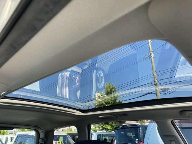サンルーフ付き♪解放感のある車内となっております♪