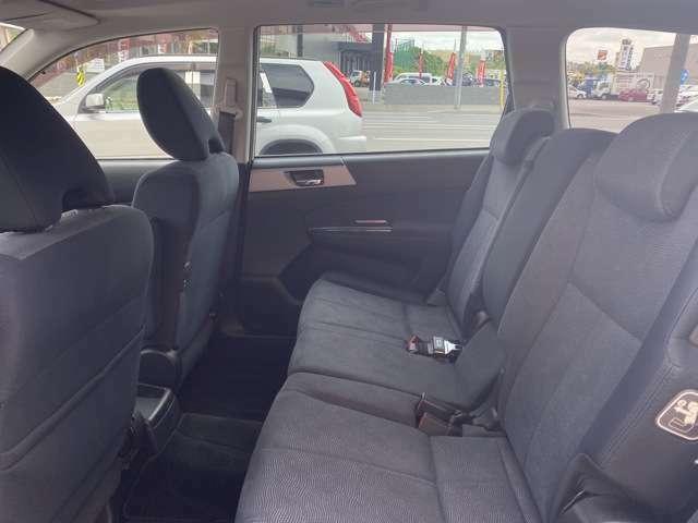 暗めのシートと、フロアマットとなっております♪とてもシックな色使いの為、落ち着いた雰囲気の車内となっております♪