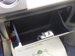 車検証入れ等の保管に便利なグローブボックス。