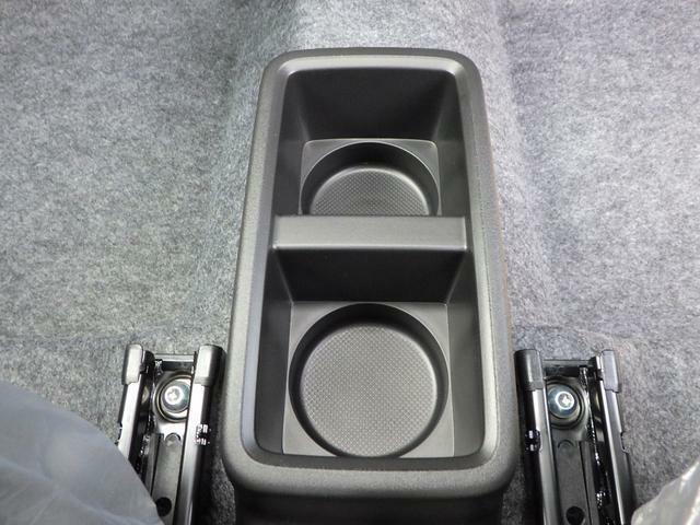 足元に固定式のドリンクホルダーがあります。