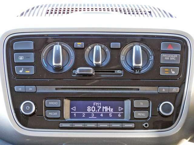 簡単操作のエアコンスイッチ!前席シートヒーターもついてます。AUX端子がありますので、ミュージックプレーヤー接続できますよ。