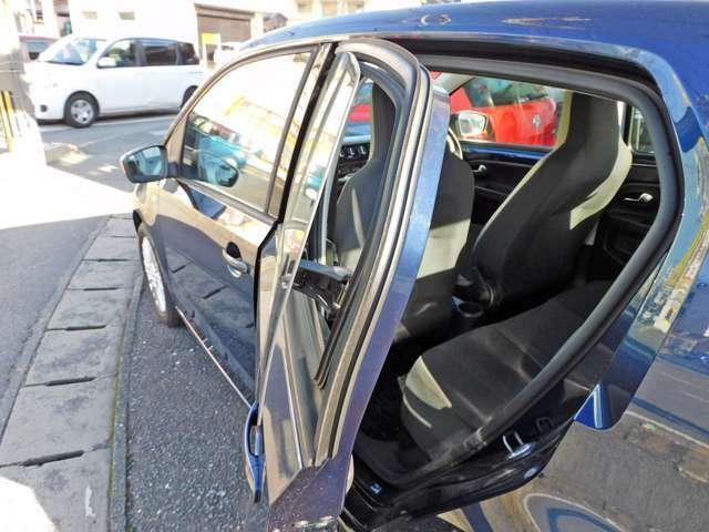 後部座席の窓はチルト解放のみとなってます。