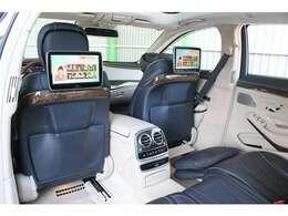 ■ショーファーパッケージなのでリアツインモニターを装備しております!■また助手席側後席にはオットマンも装備されており、後席もとても綺麗に保たれております!■