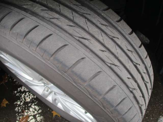 【タイヤ】夏タイヤ(溝5mm)純正アルミホイール。中古タイヤでは不安だという方には、新品タイヤも各メーカをご用意しておりますのでお気軽にご相談下さい!