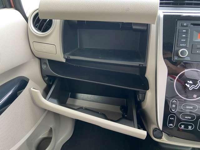 大容量のグローブボックスが装備されているため車内をきれいに整頓することができます!上段にはティッシュペーパーを入れておくことができるぐらい大容量です!