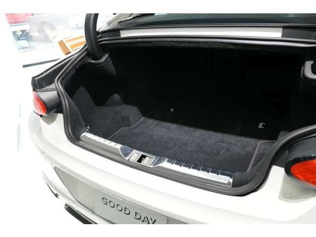 十分な容量を確保しており、パワーバックドアですので、開閉も容易です。運転席からの操作も可能となっております。