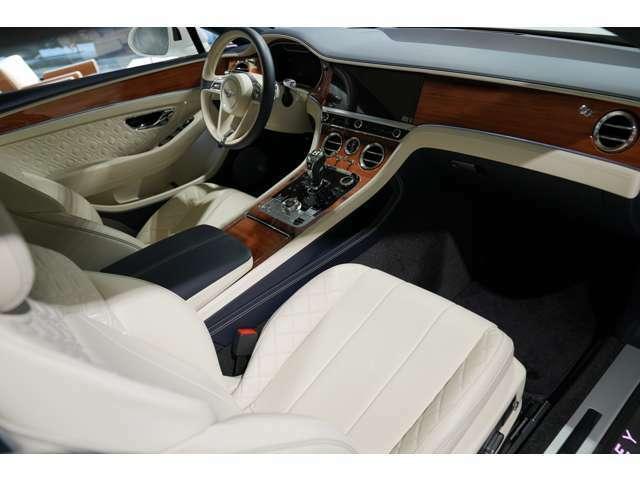 メモリー機能付パワーシートにシートヒーターが装備され、アンバーサポートも付いておりますので、お好みのシートポジションに設定して頂けます。フロアマットはディープパイルオーバーマットを装備しております。