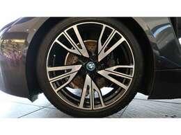 まず、外装は純正ダークグレーとなる『ソフィストグレー』がボディカラーとなり、内装はメーカーオプションとなるCARPOインテリアデザイン(AMIDO)で、ブラック・レザーシート/シートヒーターが完備