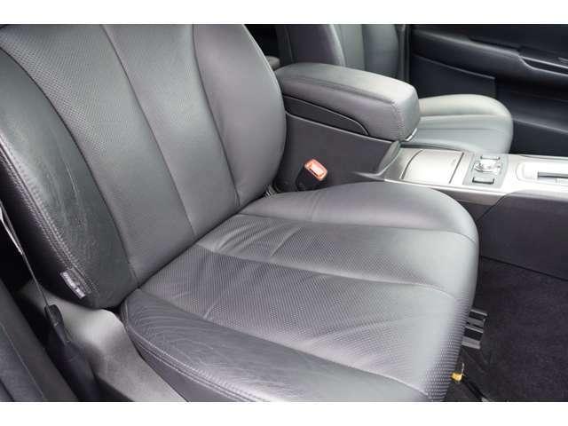 運転席の状態になります。 革シートに若干の使用感はございますが、かなりキレイな状態をキープしています。 パワーシート付きになります。