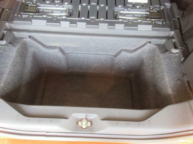 デッキボードの脚を立てれば2段積みも可能になる大容量ラゲージアンダートランク