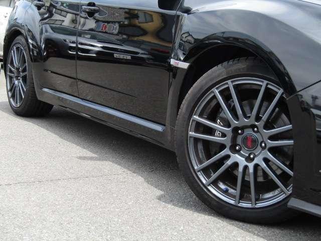 純正STIアルミホイール タイヤサイズは245/40R18 タイヤ溝もまだありますのでご安心下さい。