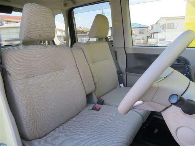 内装色は、落ち着いたベージュです。明るい内装色は、お子様も安心して乗れるといいます。ゆったり運転できそうですね。