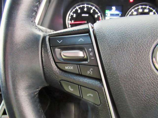 ステアリングスイッチは、運転中でもハンドルでオーディオなどの操作が可能です。安全なドライブをサポートします。