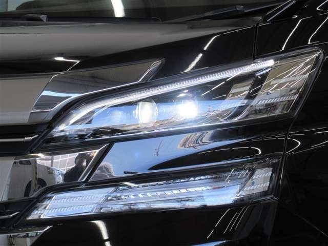 ヘッドライトはLEDです。消費電力も少なく、エコ運転に貢献できますね。明るさもHIDに負けません♪オートライトになっています。トンネルや夕方など便利ですね