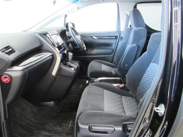 運転席と助手席の間にも充分なスペースがあるので、ウォークスルーも可能です。みんなで運転する場合も、室内で交代OK!