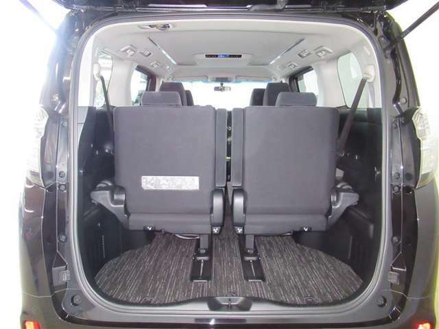 3列目のシートを活用する時でも、旅行バックなどはラクに積むことが可能です。大人数でのお出かけにも、活躍できるクルマですね。
