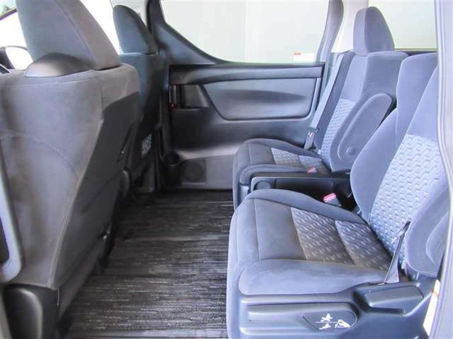 3列目への移動もできちゃう♪2列目シートはゆったりキャプテンシートです。ラグジュアリー性のある空間で、運転席に座るより、2列目シートに座りたくなってしまいそうですね。