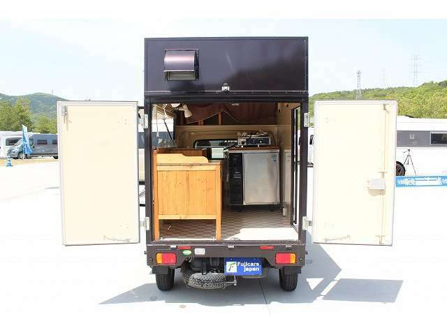後方は観音開きで開きます☆荷物の出し入れや機材の積み下ろしもしやすいですね☆