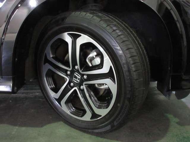タイヤは ブリヂストン エコピア 8分山程度 2017年製がついています。そして足元を精悍に引き締めるホンダ純正17インチアルミホイール、おしゃれは足元から、カッコイイですね!