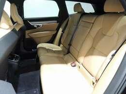 ボリュームのあるしっかりとしたレザーシートはホールド性も良く座り心地も快適 ロングドライブがラクなのは本当の話です