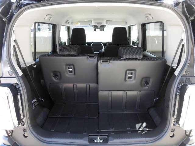 リアシート背面のストラップを手前に引くとシートがスムーズにスライドし、荷物の量に合わせて荷室側からワンアクションでラゲッジスペースの広さを変えられます^^