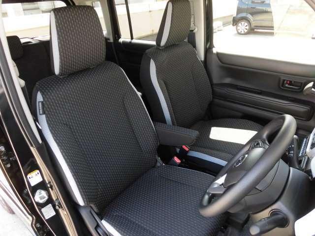 フロントシートはセパレートタイプになっており、運転席センターアームレストが採用されています^^