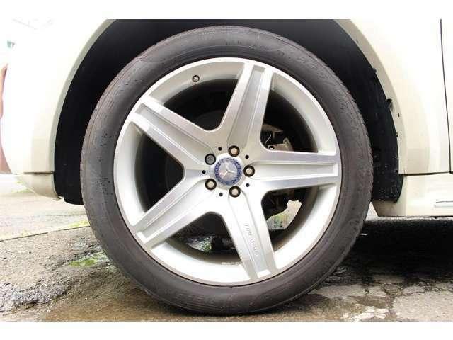 メルセデス・ベンツ GL550 4マチック 4WD 新車並行車 ワイドボディ ウッド調インテリア 社外ナビ 日本正規ディラー車には装着されないワイドフェンダー、AMG21インチAW標準装備!