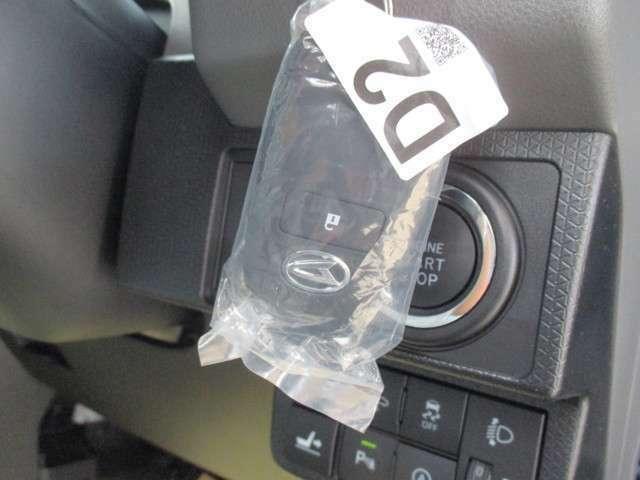 スマートキーです!!鍵をポケットやバッグにいれたままでも、鍵の開け閉めはもちろんの事、エンジン始動もできちゃいます♪ホントに便利です!