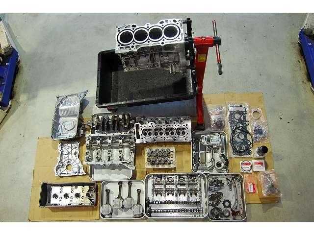 エンジンは全ての部品を分解、洗浄・確認を経て丁寧にエンジンを組上げています