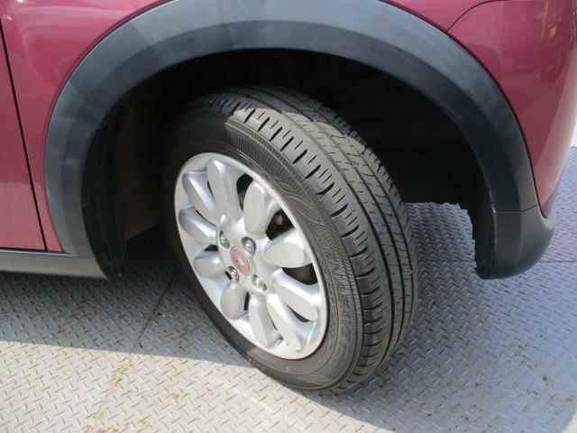 純正アルミホイール装備です!お花をモチーフにしたかわいいデザイン!タイヤの溝もしっかり残っております。