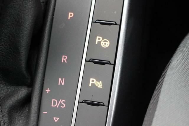 入庫から出庫まで駐車の一部始終をサポートしてくれる駐車支援システムが装備されています。