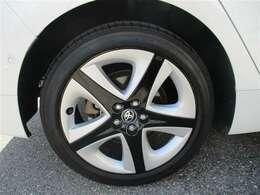 タイヤサイズ215/45R17のスタイリッシュな印象を与える純正アルミホイールです。