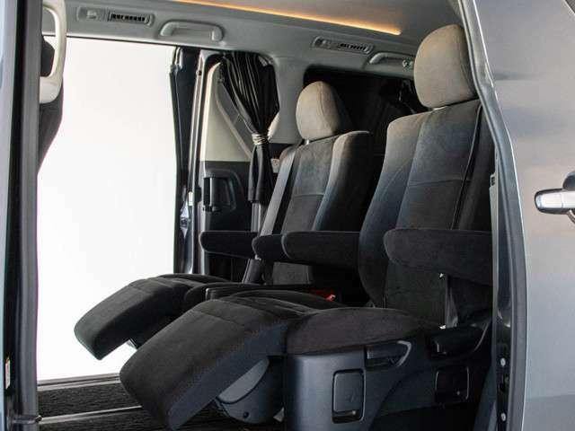 後席オットマン搭載!!足を伸ばしても当たらない??そんな快適特別空間です!!車内は抗菌オゾンクリーニング済みの良好な1台で御座います!!