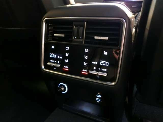 【OP】4ゾーンクライメートコントロールにより、全席のみならず後席も左右独立した温度調整が可能です。