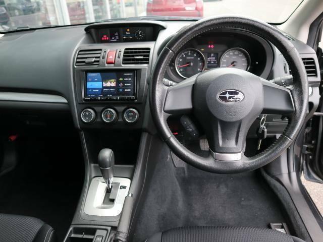 ガラスエリアが広く視認性の良い運転席周りです。狭い道路でも安心して運転できます