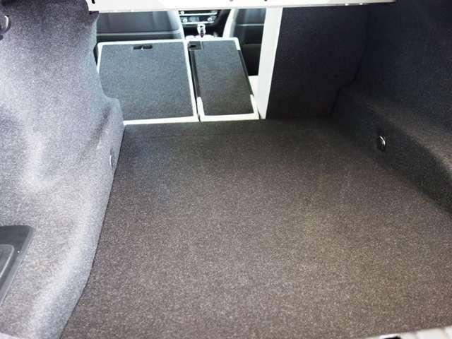 リヤシートは分割可倒式使い方いろいろです。