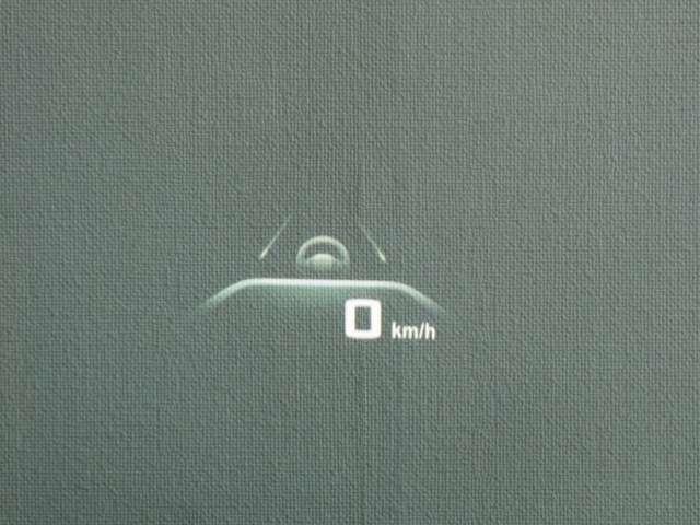 ☆ ヘッドアップディスプレーはスピードメーターだけでなくナビ情報やラジオ、CDなどの情報も表示します。
