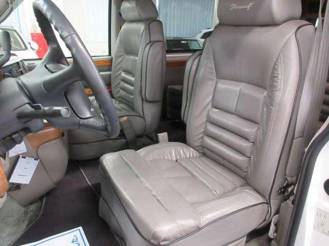 落ち着きのあるグレー本革シートは綺麗なシート状態!パワーシートでポジション設定も簡単♪
