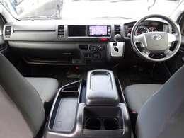 トヨタセーフティセンス/Wエアバッグ/ABS/VSC/キーレス×2/イモビライザー/純正フロアマット/フロントエアコン/リヤクーラー/リヤヒーター/社外リヤスピーカーが装備されています。